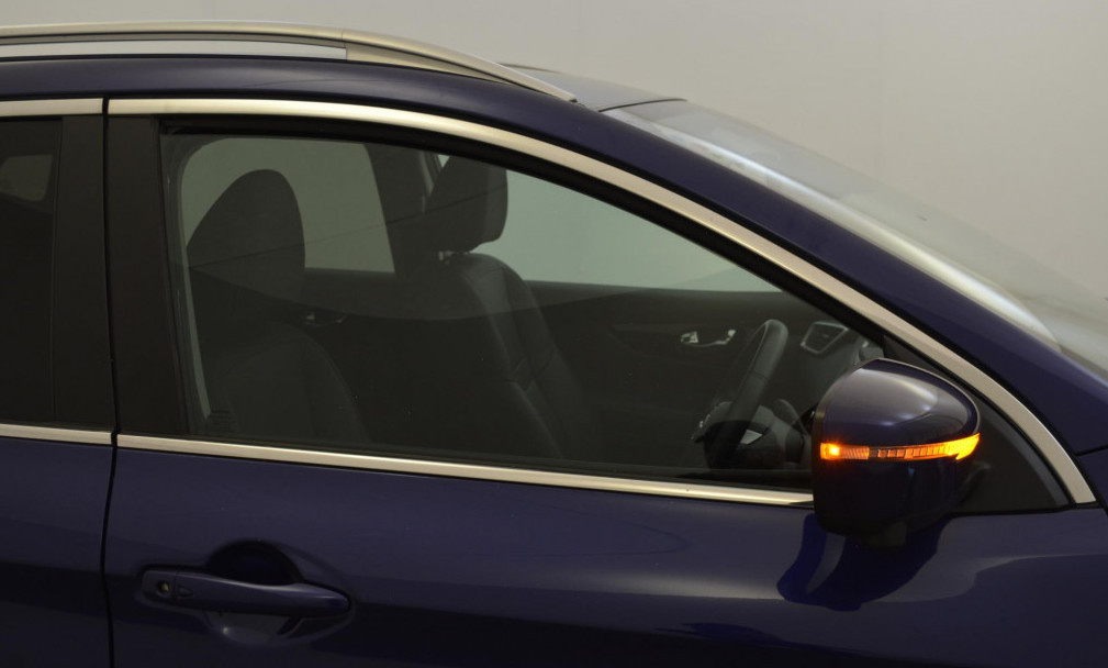 Side view of Nissan Qashqai, demonstrating wing mirror indicator